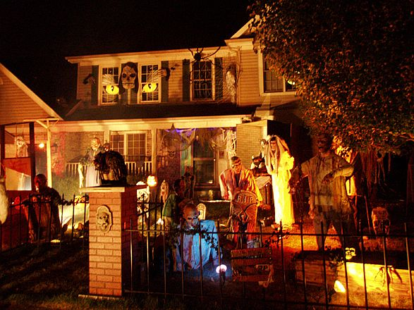 House decorated for halloween ehow lola 39 s curmudgeonly for Scary halloween home decorations