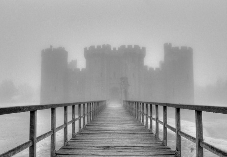 Bodiam Castle in the Fog by Dean Thorpe (FCC)